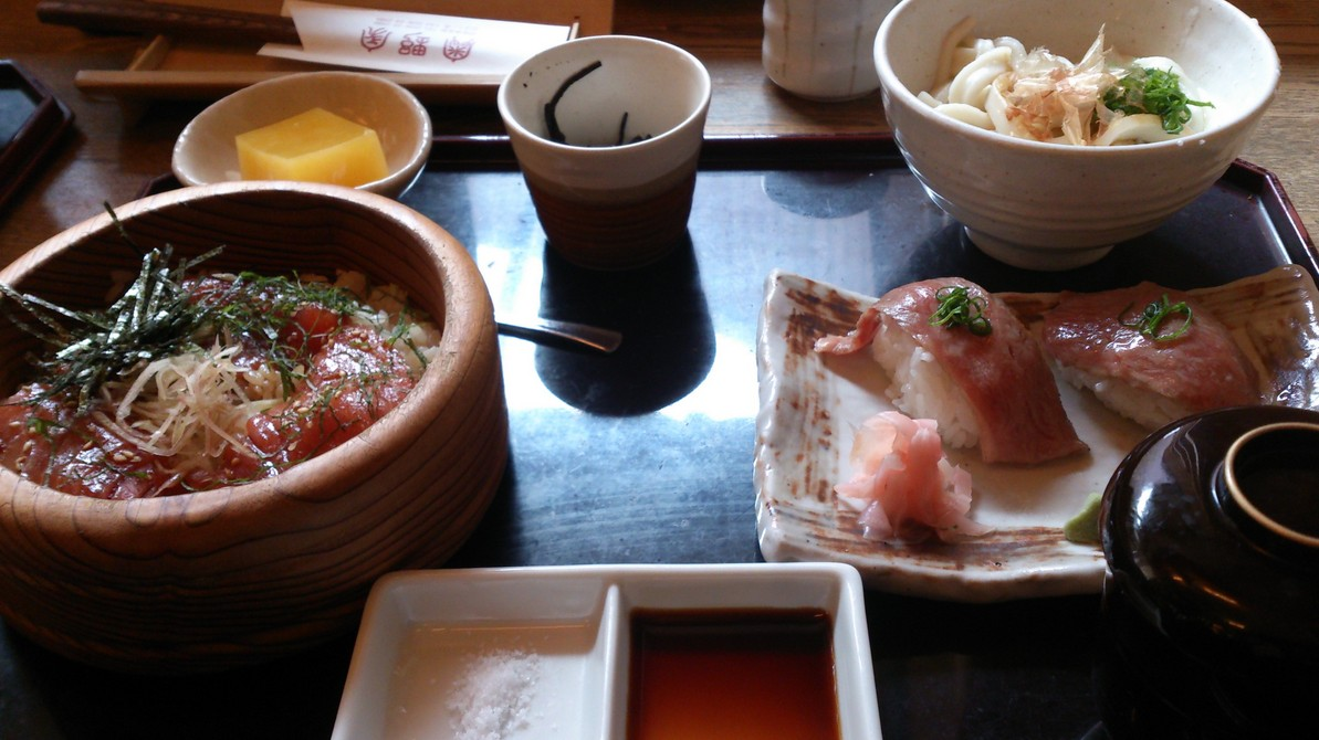 うどんと松阪牛の握り寿司をいっぺんに楽しめる、「お伊勢さんセット」