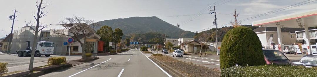 昭和シェル石油のガソリンスタンドを左方向(五十鈴川方向)へ曲がります。