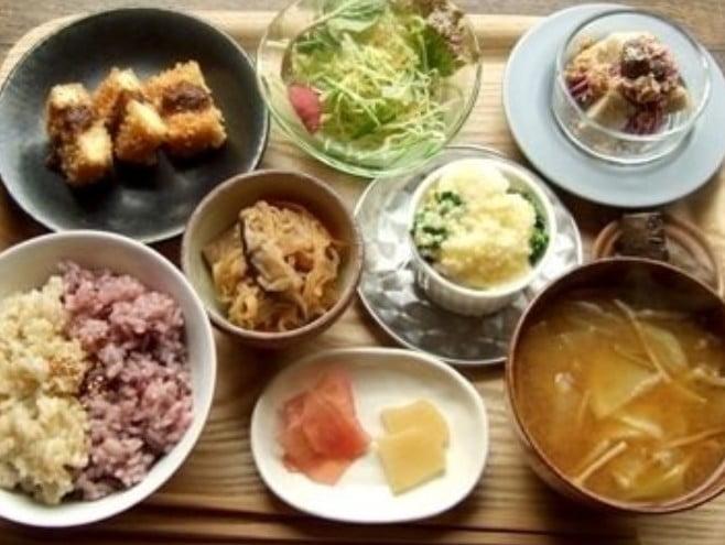 自家製のオーガニック野菜や日本古来の調味料を使用し、素材そのものがもつ良さを十分引き出した料理の数々が楽しめるお店。