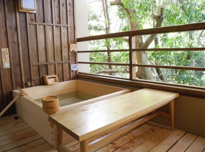 お風呂は室内にある「露天風呂」で、天照大神の強い御神徳を帯びた、伊勢の大自然の息吹を感じながら、普段とは違った格別な入浴を楽しむことができます。