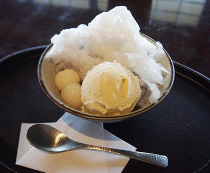 ふわふわの氷にアイスクリームと白玉がはいったぜんざい「雪見冷しぜんざい」(