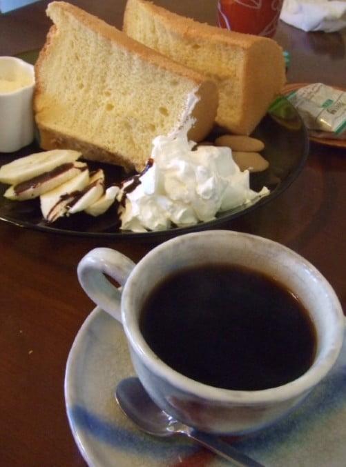 名物のふわとろのシフォンケーキと、8時間かけて作られた「ダッチコーヒー」が名物のこのお店