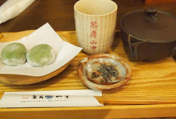 名物の神代餅(煎茶とのセットで350円)