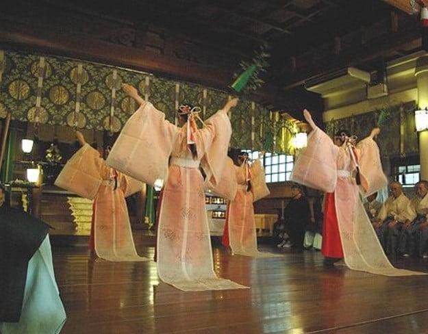 巫女さんによる「神楽=祈祷」と結婚の報告とは? (2)