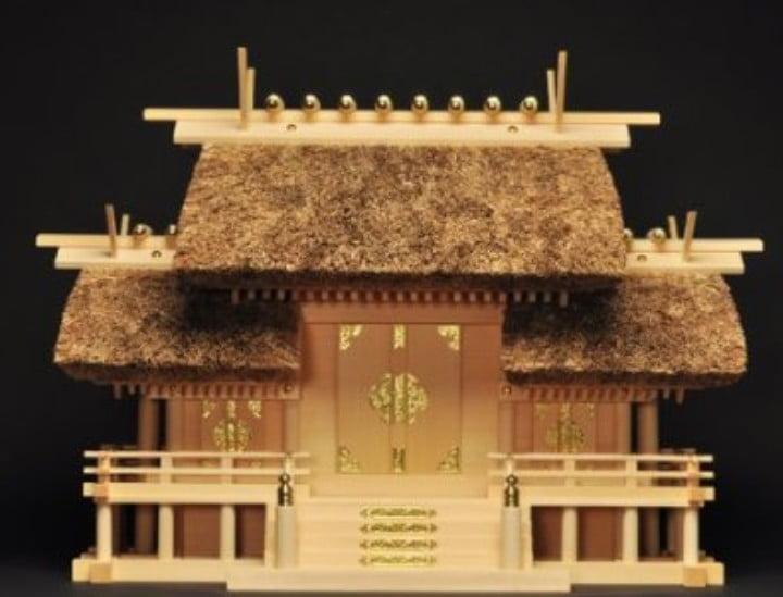 「三社造」は、三つの扉があり、扉の位置で納めるお札は決められています