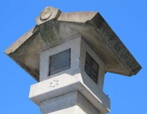 「ダビデの星」は、伊勢神宮の内宮と外宮を結ぶ「石燈篭(いしとうろう)」
