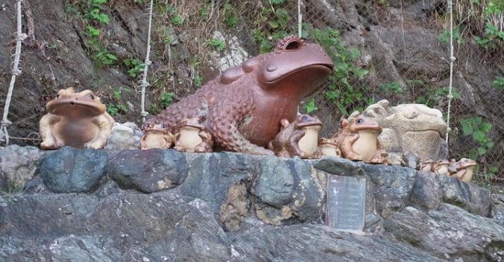 二見興玉神社のパワースポット【その1】「カエルの像」
