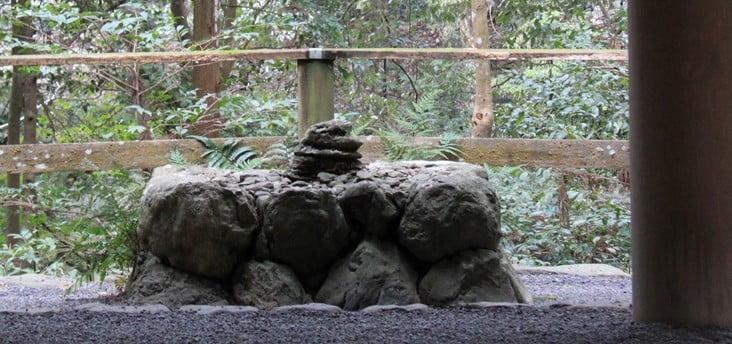 神聖な石積みの「神座(しんざ)」 (2)