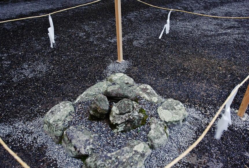 外宮の川原祓所は、現在ではパワースポットして知られており、別名「三ツ石」といいます。
