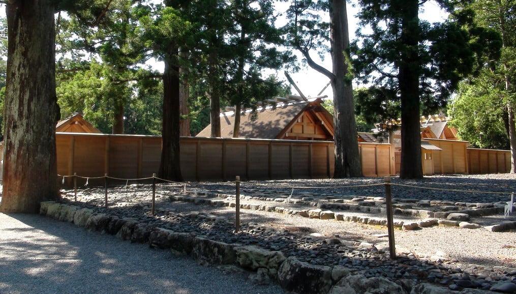 古殿地は、時期によっては「木の壁」で覆われていたり、はたまた、注連縄で結界が張られていたりする