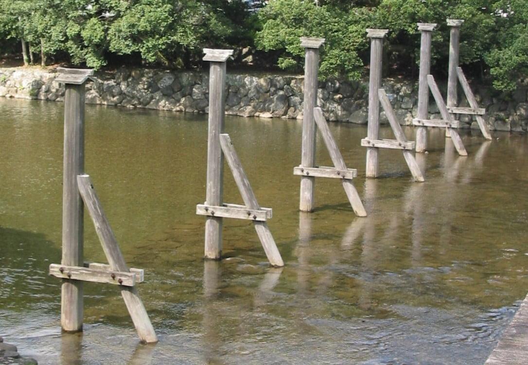 伊勢神宮(-JINGU-)◆ 木除け杭(KIYOKE-KUI)