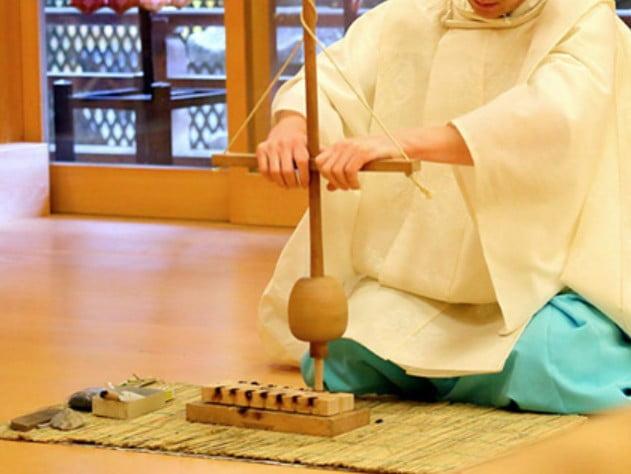 古来からの火の起こし方とは、「火鑽杵(ひきりぎね)」と呼ばれる「ヤマビワの木の棒」を用意します