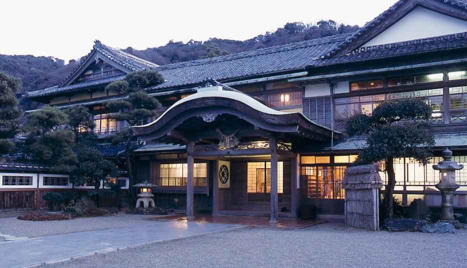 賓日館とは、避暑や療養と水泳訓練等を兼ねて伊勢神宮に参拝する「賓客(ひんきゃく/要人の事)」の宿泊施設のこと